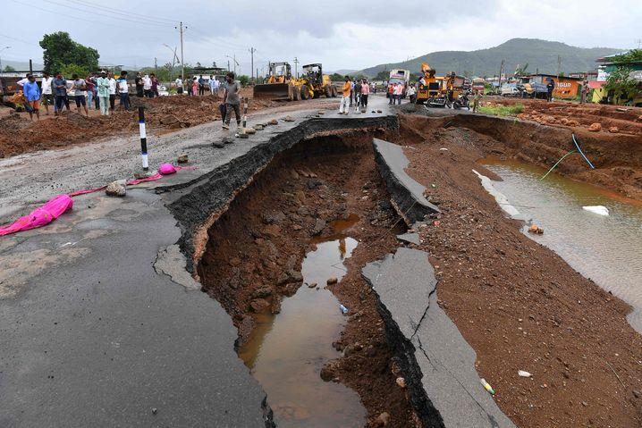 Eine Autobahn wurde durch Erdrutsche zerstört