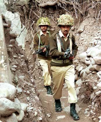 Pakistanische Soldaten patrouillieren im Kaschmir an der Grenzlinie zum indischen Teil