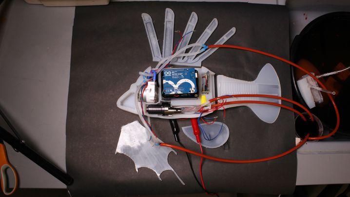 Innenleben des Roboterfischs mit Silikonhülle