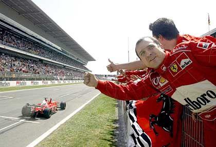 """Daumen hoch für den """"roten Hai"""": Ferrari-Mechaniker bejubeln beim Großen Preis von Spanien die Zieleinfahrt von Michael Schumacher"""