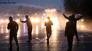 Randalierer werfen Molotowcocktails, Polizei reagiert mit Wasserwerfern