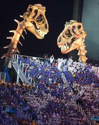 Die Dinos waren auch dabei. Hinter den beiden Figuren versteckten sich die Stimmen von Utahs Popidolen Mary und Donny Osmond