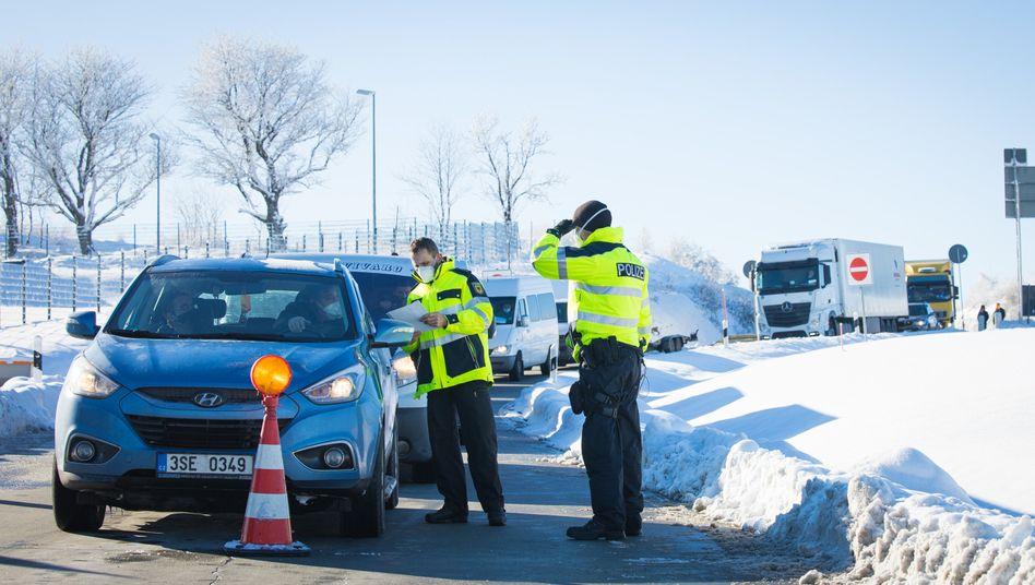 Kontrolle an der Grenze zu Tschechien: Seit dem 14. Februar gilt das Nachbarland als Gebiet mit besonders gefährlichen Virusmutationen