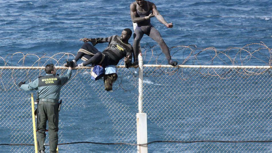 Immigranten am Grenzzaun von Ceuta, der spanischen Enklave in Nordafrika