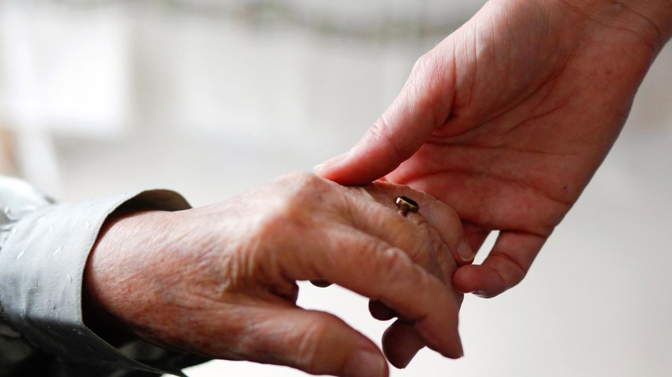 Der letzte Gefallen: Nur 18 Prozent der Deutschen wünschen sich beim Tod eine seelsorgerische oder spirituelle Begleitung