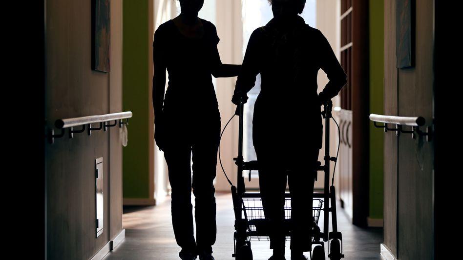 Pflegerin mit Patientin in einem Kölner Altenheim (Archivbild)