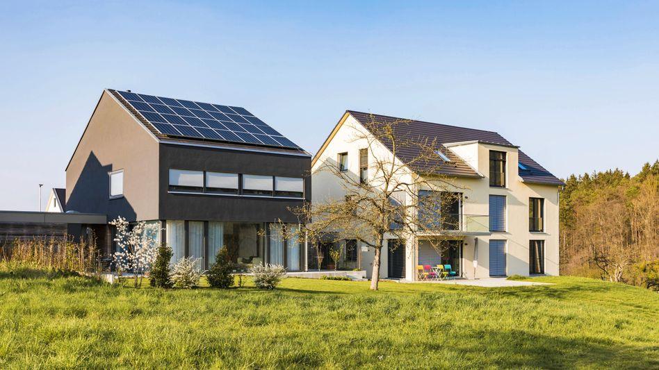 Moderne Einfamilienhäuser mit Solarzellen in Baden-Württemberg