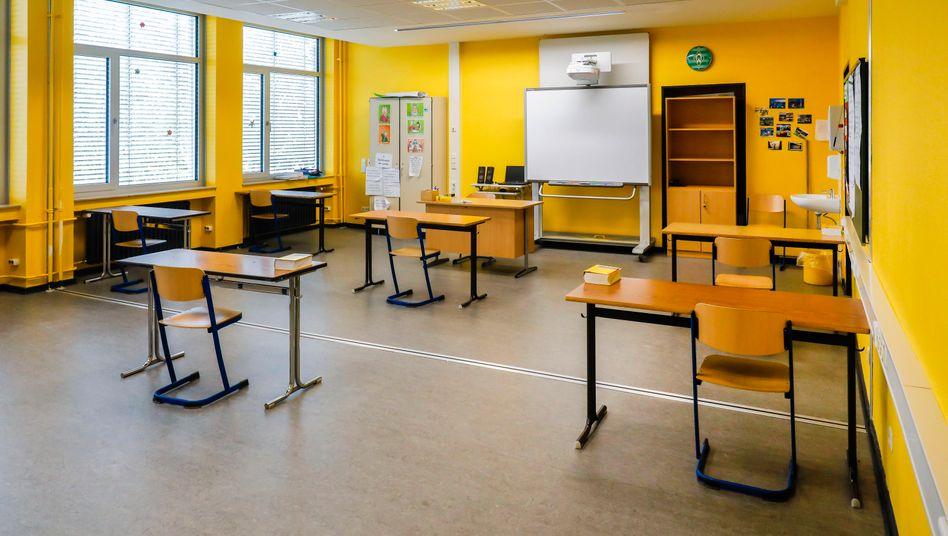 Verwaister Klassenraum kurz vor Wiederaufnahme des Schulbetriebs unter Corona-Schutzmaßnahmen: Das Verwaltungsgericht beanstandete die Notenvergabe nicht