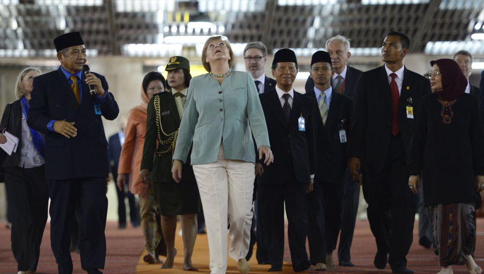 Merkel in Indonesien: Auf Socken durch die Moschee