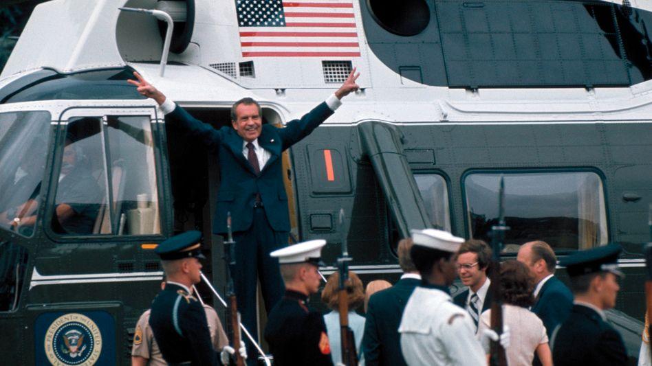Richard Nixon nach seinem Rücktritt beim Verlassen des Weißen Hauses am 9. August 1974