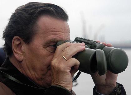 """Schröder (am Sonntag in Bremerhaven): """"Ich schließe aus, dass sich eine Regierung unter meiner Führung an einer militärischen Option gegen Iran beteiligen wird"""""""