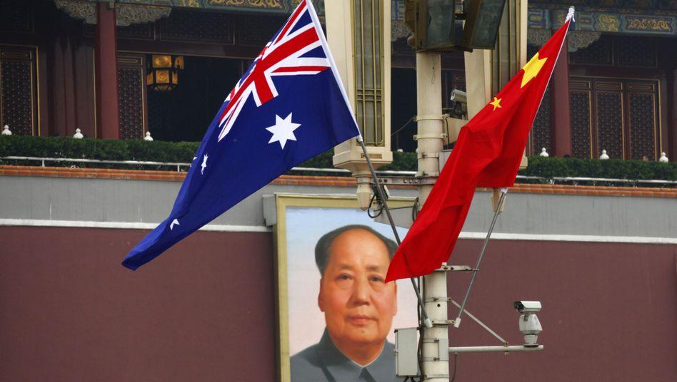 Die australische und die chinesische Flagge vor Mao-Porträt in Peking: Angst vor der Einflussnahme