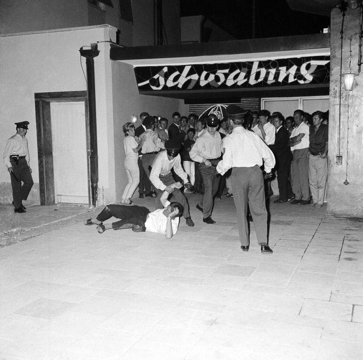 Jugendliche in Konfrontation mit der Polizei, München-Schwabing, 26. Juni 1962
