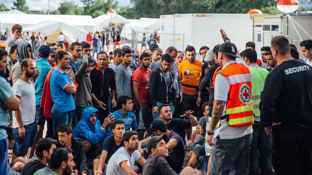 Flüchtlinge in Deutschland: Chaos, Durst und Platznot
