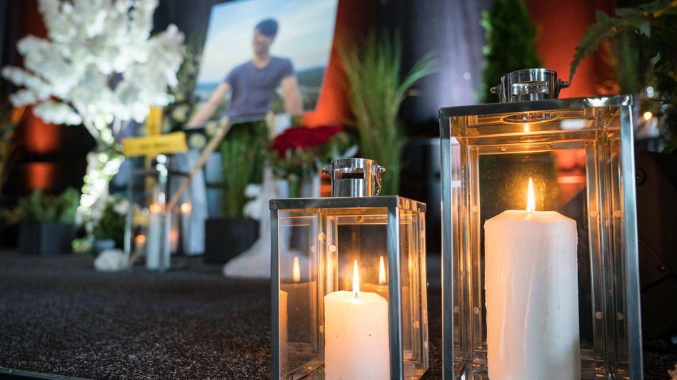 Kerzen brennen auf der Bühne: In Idar-Oberstein fand eine Trauerfeier für den erschossenen 20-Jährigen statt