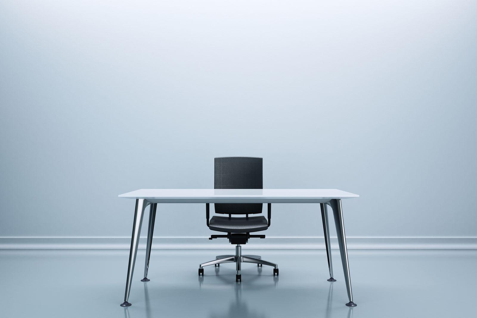 EINMALIGE VERWENDUNG Karriere/ leerer Schreibtisch