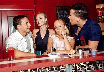 """Szene aus """"Marienhof"""" (mit Frank Rutloff, Annika Murjahn, Nina Louise, Alfonso Losa): """"Einzelne Leute halten die Hand auf"""""""