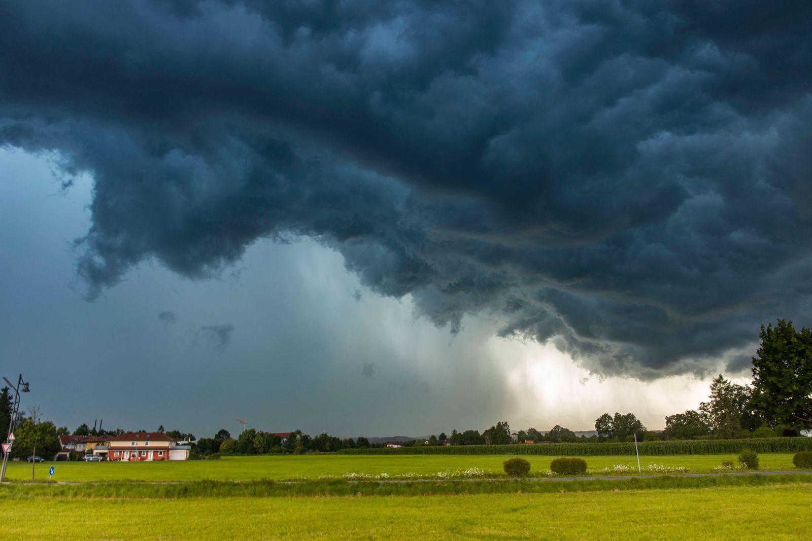 ID 353 Schon wieder Hochwasseralarm in Südbayern. Schwere Gewitter und Unwetter zogen über den Landkreis Miesbach hinwe