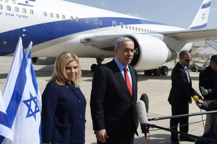 Das Ehepaar Netanyahu am Montag, vor der Abreise in die USA