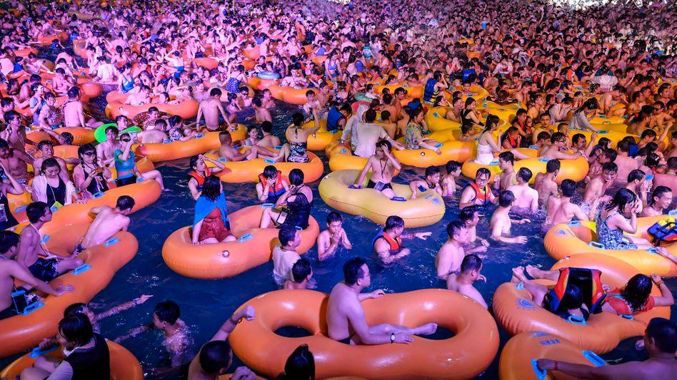 Party im Spaßbad: Feiernde in Wuhan
