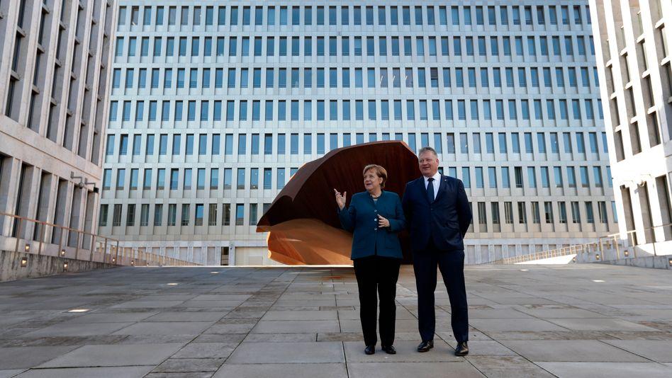 Kanzlerin Merkel und BND-Präsident Kahl bei der Eröffnung der neuen Behördenzentrale in Berlin 2019.