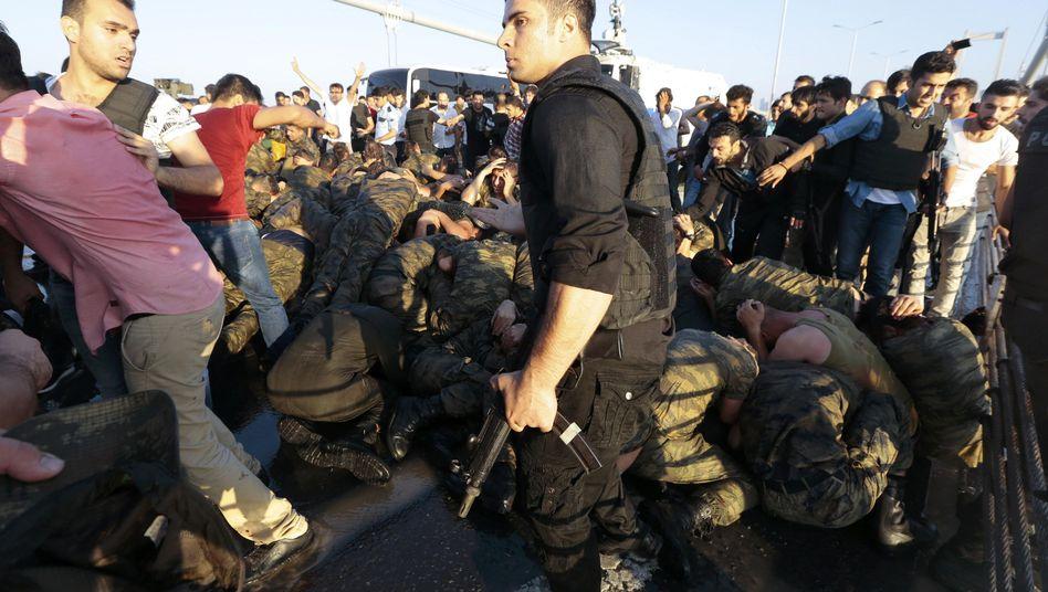 Polizisten mit türkischen Soldaten, die am Putschversuch beteiligt gewesen sein sollen