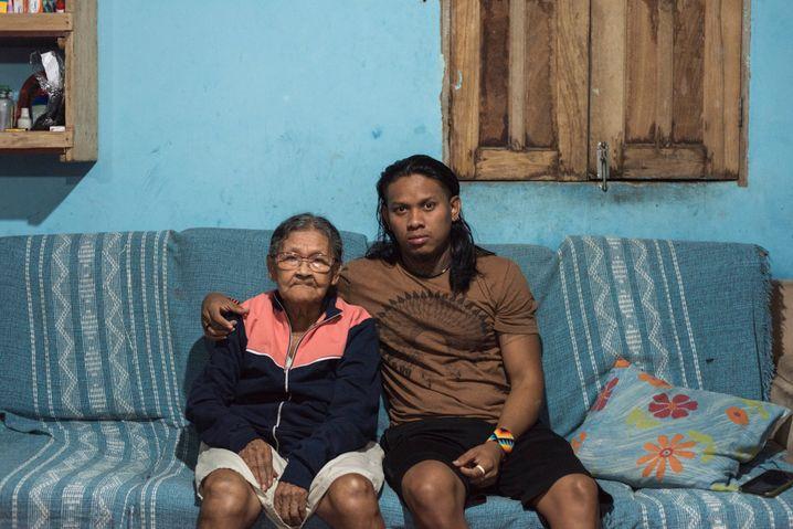 Tukuma Pataxó mit seiner Oma in Coroa Vermelha: Er finanzierte ihr einen neuen Kühlschrank