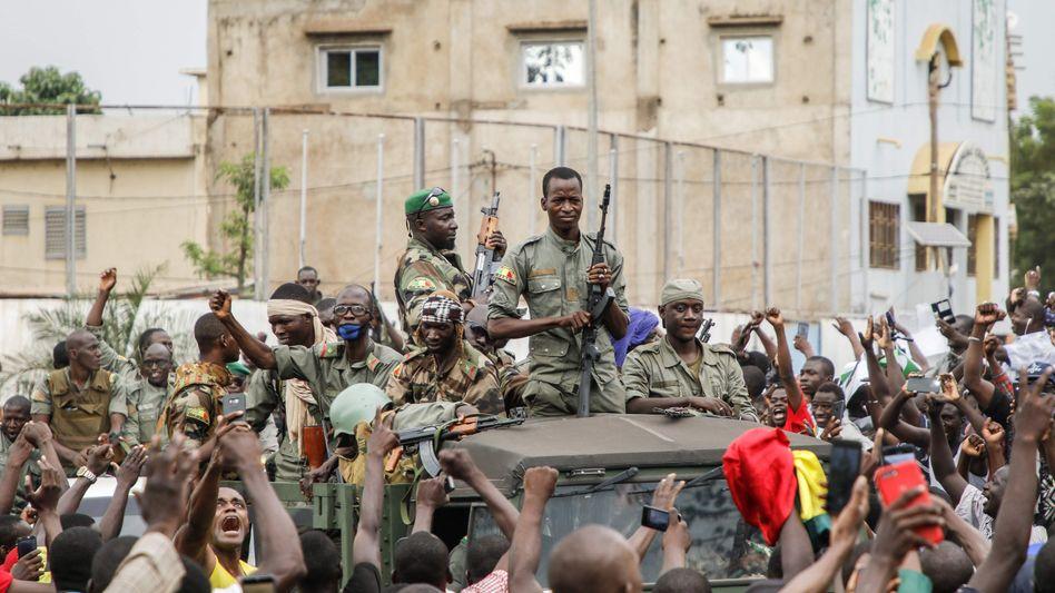 Putschisten werden nach der Festnahme des Präsidenten am Dienstag in Malis Hauptstadt Bamako bejubelt