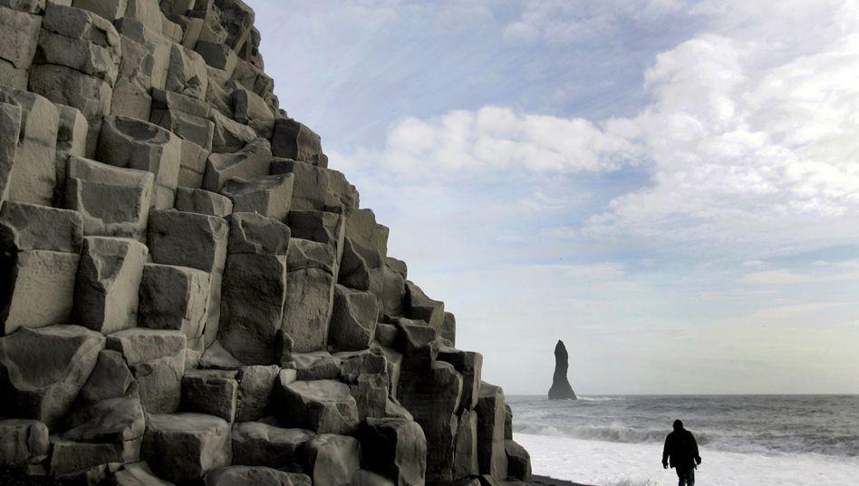 Basaltgestein an der Küste Islands bei Vik