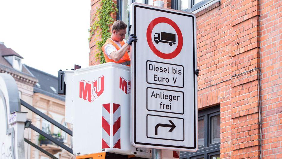 Fahrverbotsschild in Hamburg - in Berlin verzögern sich die Fahrverbote, weil die Schilder fehlen