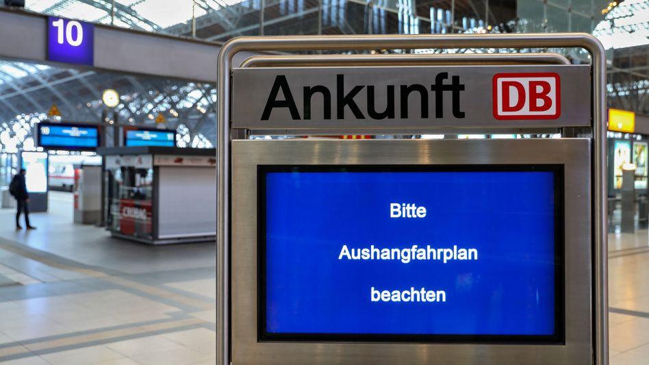 Elektronische Anzeigentafel der Bahn im Hauptbahnhof Leipzig