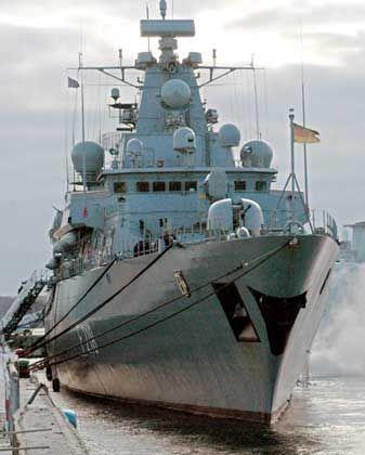 """Fregatte """"Mecklenburg-Vorpommern"""" (2006 in Kiel): 26-mal Geleitschutz allein im Jahr 2002"""