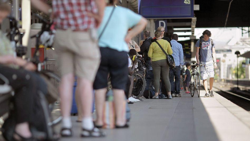 Zugreisende am Mainzer Bahnhof: Eine Million Überstunden