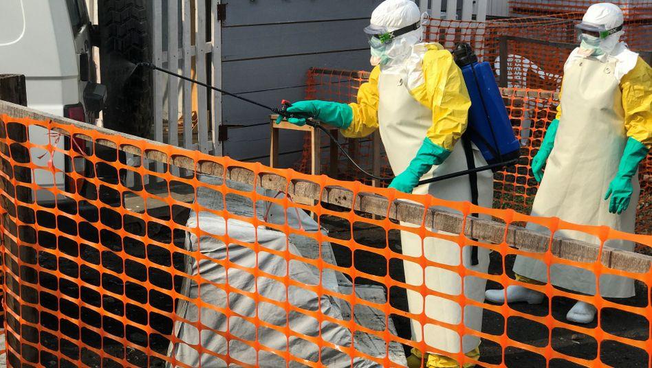 Behördenmitarbeiter in Goma (Archivbild): Maßnahmen gegen Ausbreitung von Ebola
