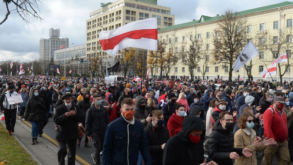 Demonstranten in Minsk: Druck auf Lukaschenko