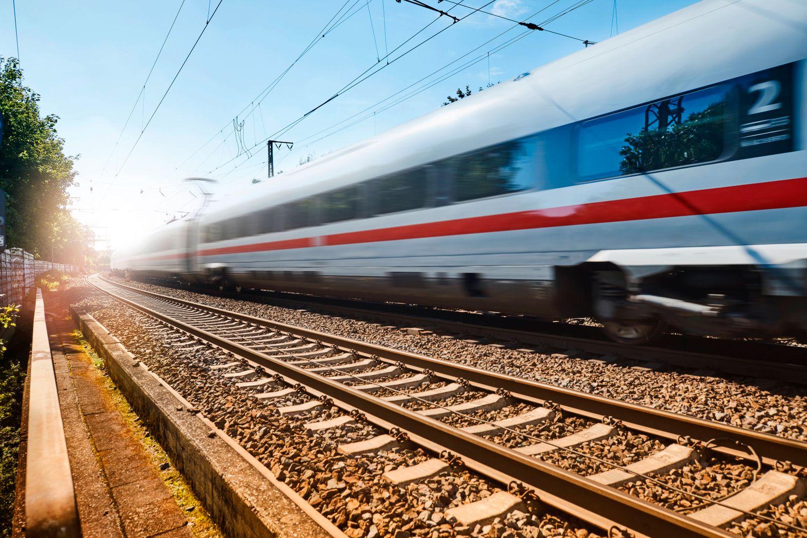 Fahrender ICE der Deutschen Bahn auf der Strecke von Hamburg nach Hannover, Aufnahme im Gegenlicht Wagenreihe *** ICE o