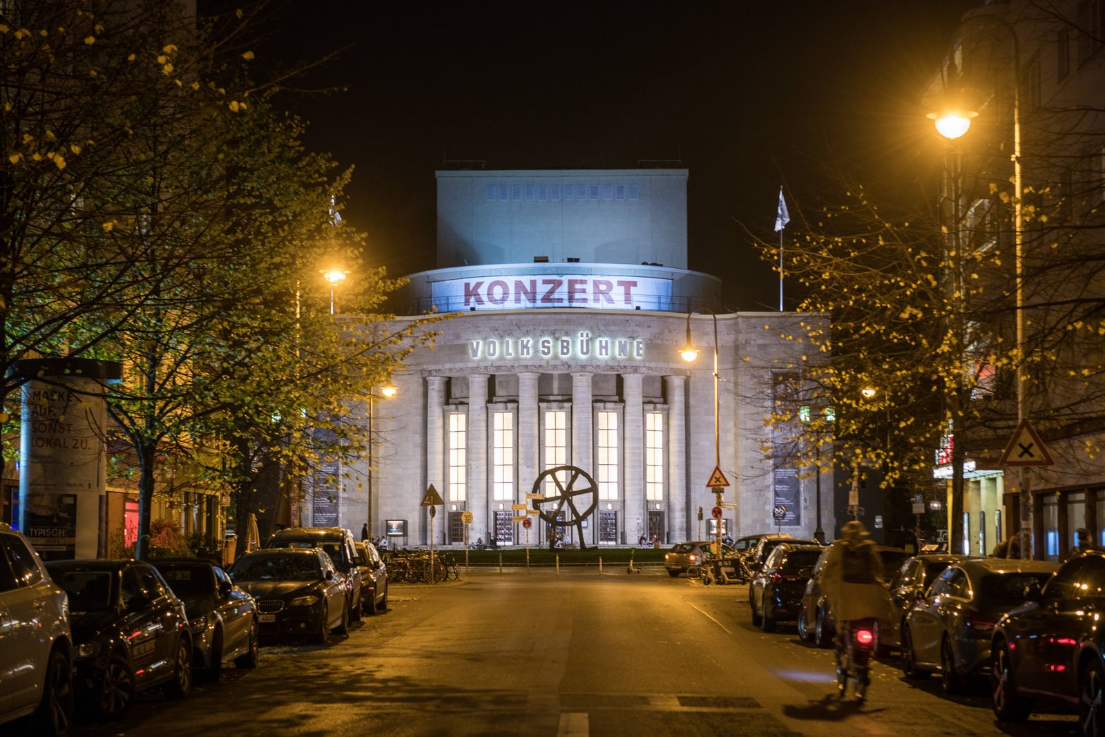 Der Schriftzug Konzert steht an der Fassade der Volksbühne am Rosa-Luxemburg-Platz in Berlin Mitte. Foto: bildgehege Ges