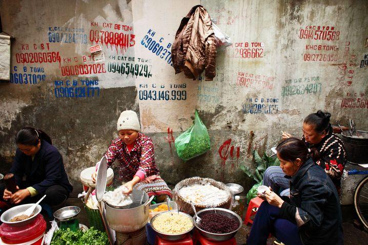 Traditionelles Streetfood: Frauen in Hanoi, Vietnam