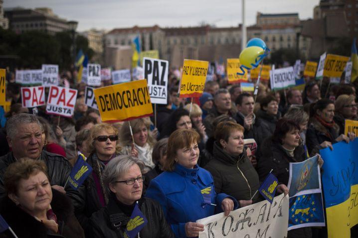 Auch in Spanien gehen Menschen gegen den ukrainischen Diktator auf die Straße, allerdings nicht vors Parlament, denn dort drohen für unangemeldete Demonstrationen Strafen von bis zu 600.000 Euro
