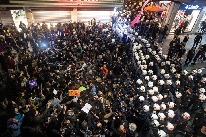 Demonstrantinnen und Sicherheitskräfte treffen aufeinander