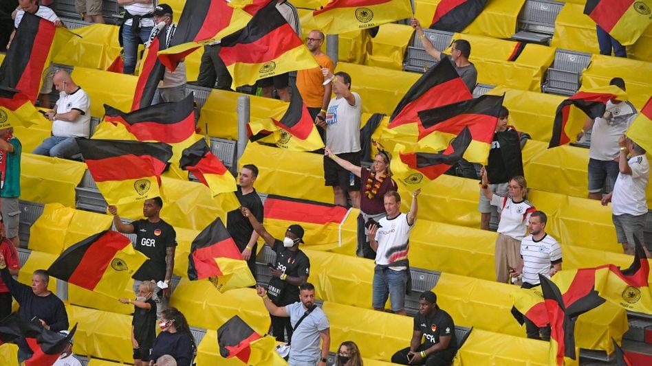 Fans beim Spiel Deutschland gegen Frankreich in München. Die DFB-Elf verlor 0:1 (das nur zur Info für den Autor dieses Textes, der nicht Autor dieser Bildunterschrift ist)