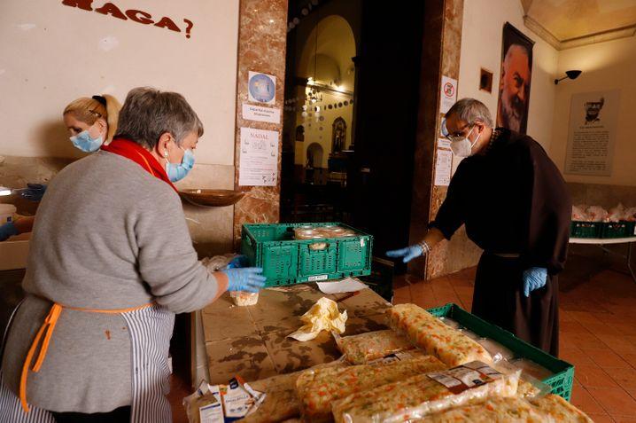 Freiwillige Helfer bereiteten in der Caputxins-Kirche ein Weihnachtsessen für arme und obdachlose Menschen vor