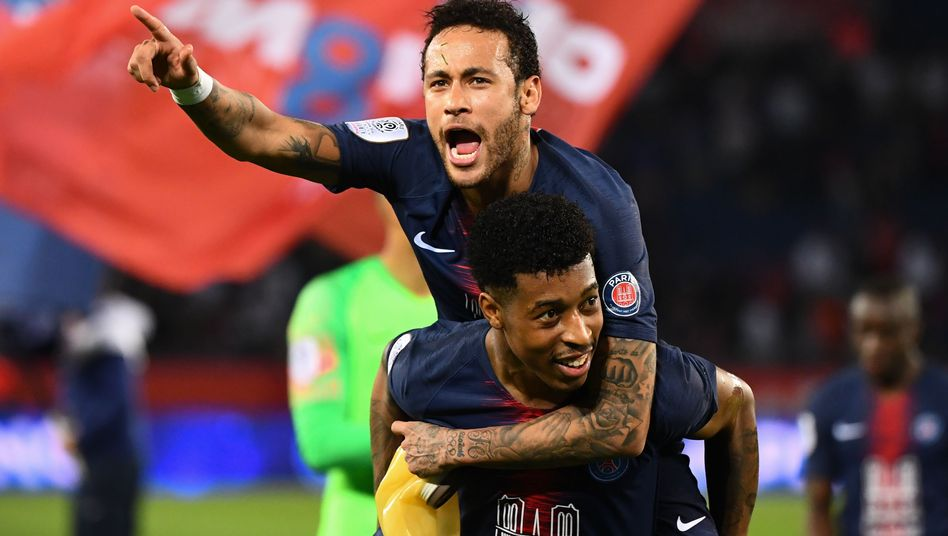 Neymar (o.) feiert mit Presnel Kimpembe