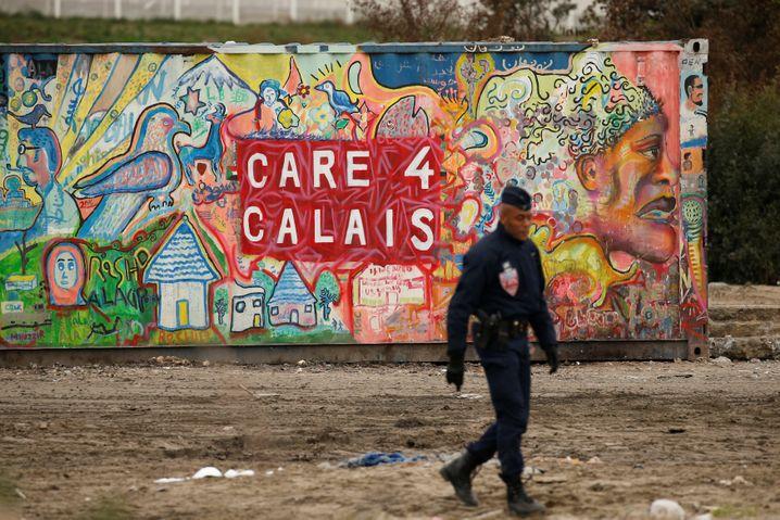 Ein Polizist am geräumten Lager