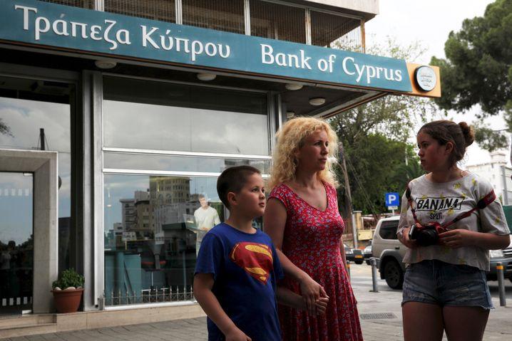Zyprer vor der Bank of Cyprus