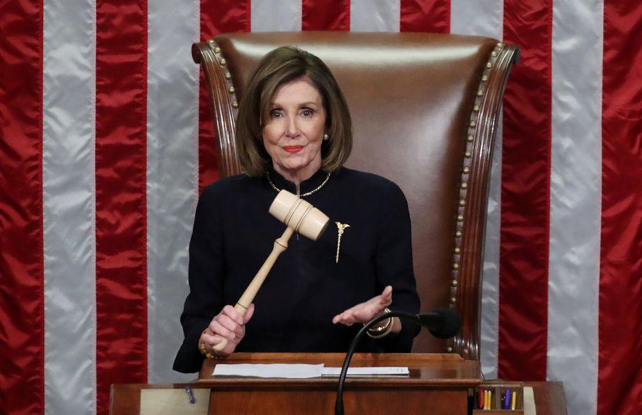 Nancy Pelosi ist als Sprecherin des Repräsentantenhauses die mächtigste Politikerin im Land. Sie klopft mit dem Hammer auf ihr Pult, um die Abgeordneten zur Ordnung zu rufen oder wenn sie das Ergebnis einer Abstimmung verkündet. So auch am 18. Dezember 2019. An dem Tag stimmte eine Mehrheit der Abgeordneten dafür, das Impeachment-Verfahren gegen Donald Trump zu eröffnen.