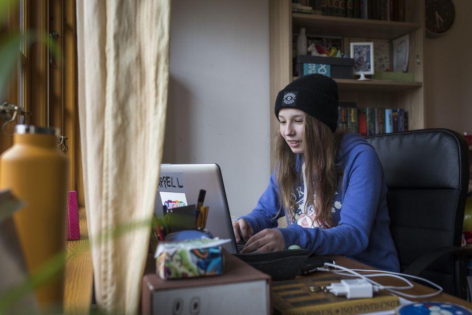 Anastasia schreibt am liebsten auf dem Laptop in ihrem Zimmer.