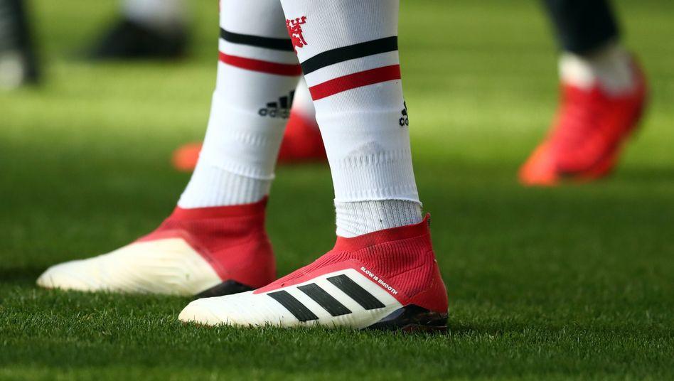 Adidas-Fußballschuhe mit Streifen-Design