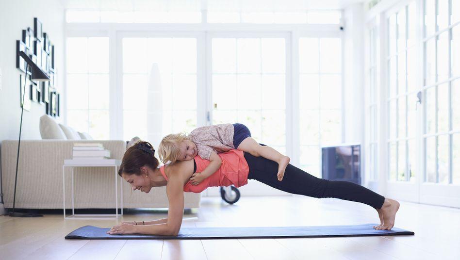 Fitnesstraining zu Hause: Achtung, das Kind ist im Kaufpreis der Matte nicht inbegriffen