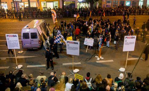 Umzingelt: In München verhinderten etwa 3000 Menschen, dass Pegida-Anhänger sich in Bewegung setzen konnten